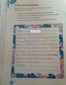 Skriver svar till text i läromedel